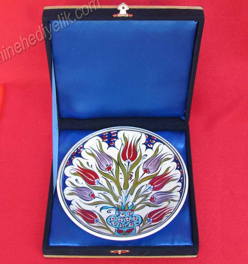 TR200101-2 Kadife Kutuda Osmanlı Lale Desenli Çini Tabaklar  Klasik Desen Samur Fırça iznik ve Kütahya çini Tabak Çini sanatı örnekleri