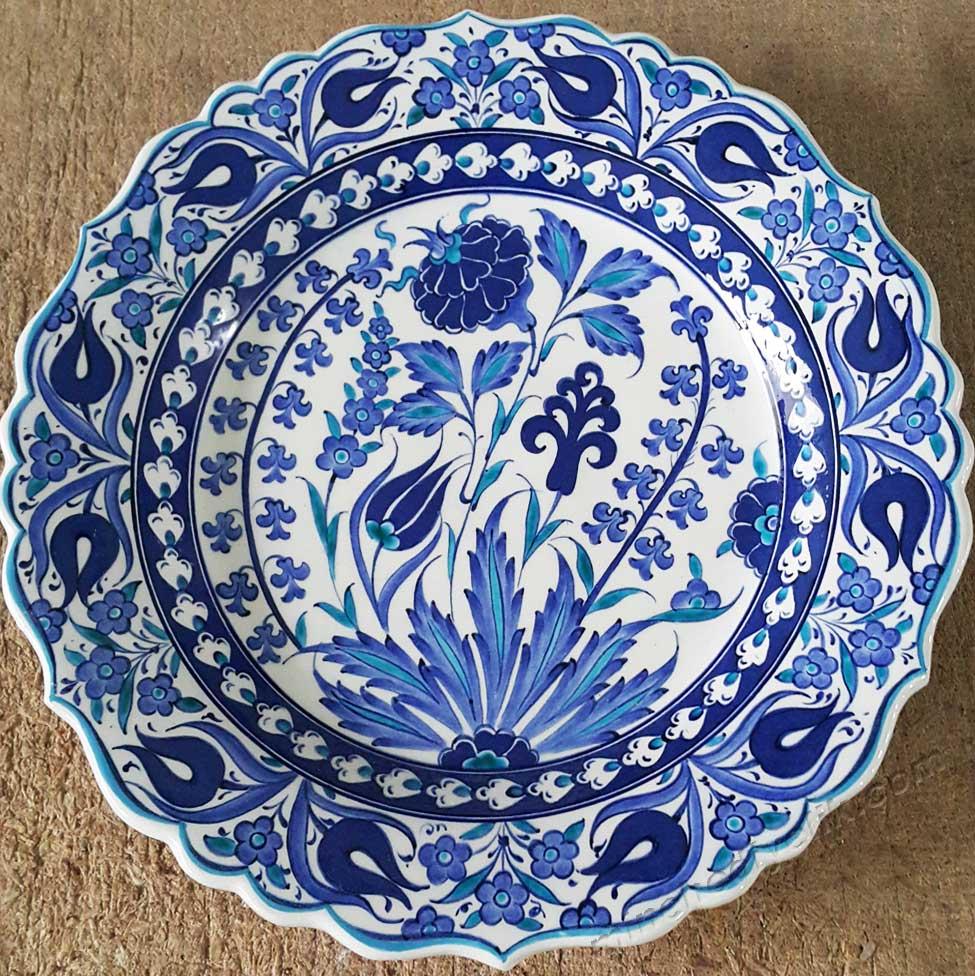 Mavi Beyaz Gül ve Lale Desenli 30 cm Çini Tabaklar Türkiye ye Özgü Kalıcı ve Geleneksel Hediyeler