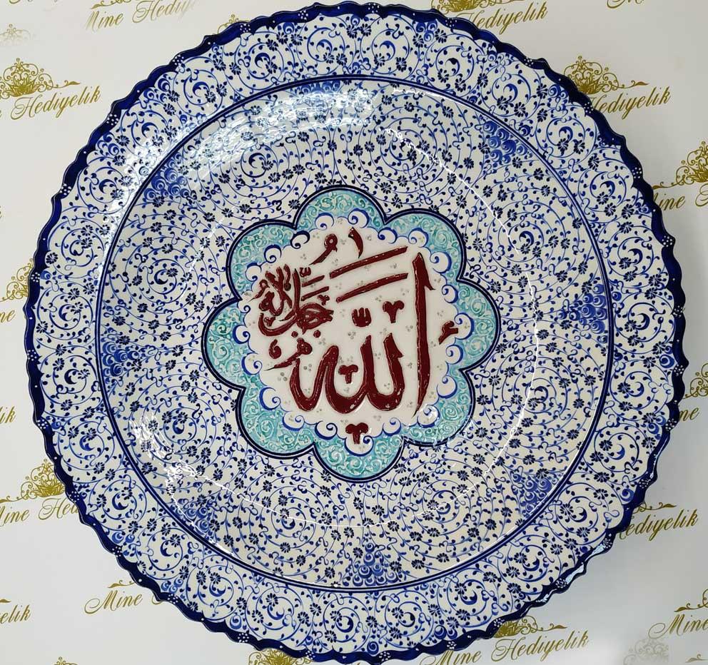 Ortası Allah lafızlı klasik haliç desen çini tabak 40cm çapında özel tasarımlı ayetli desenli çiniler Çini sanatı örnekleri
