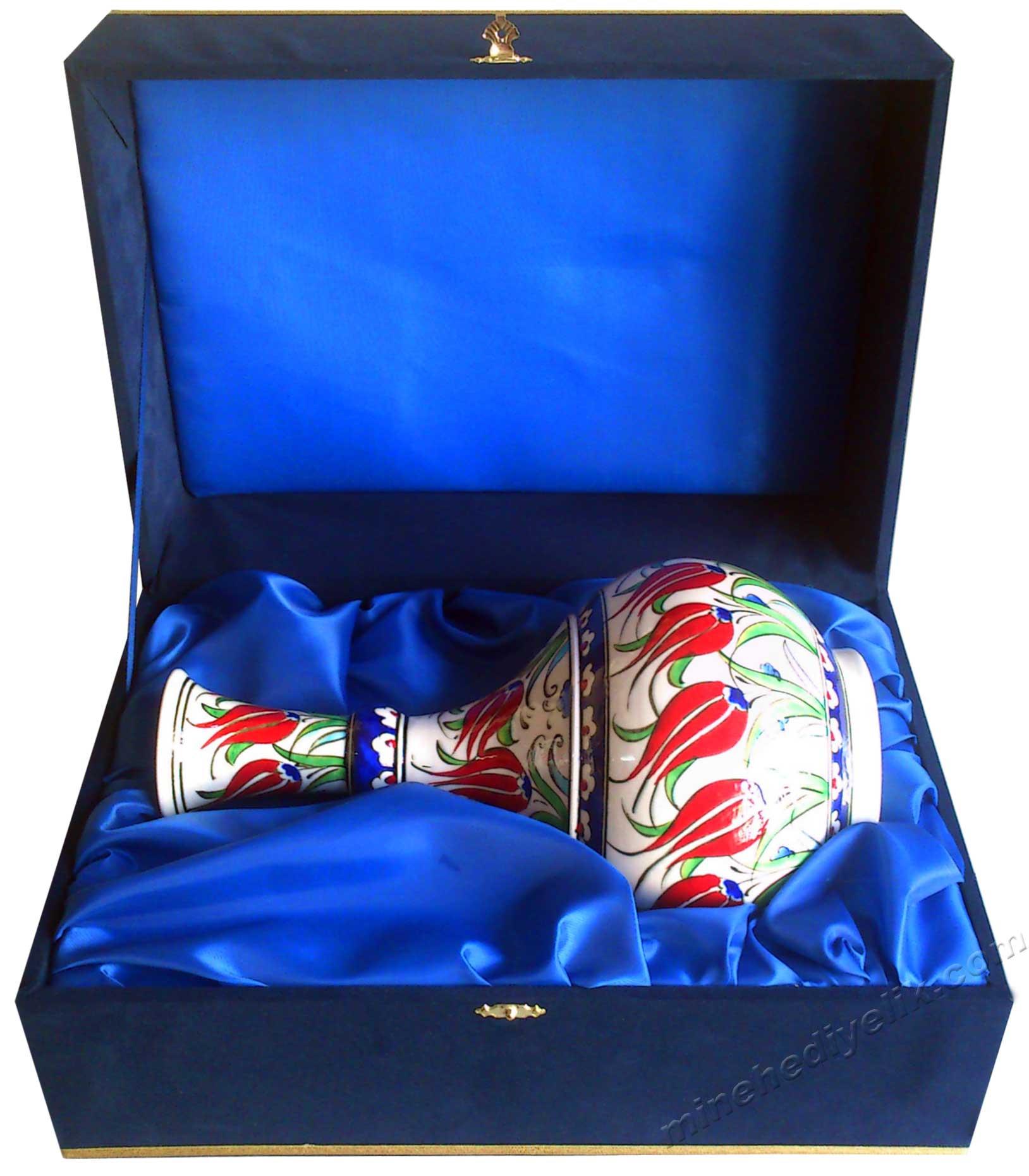 İznik Kütahya Çini Vazoları Çini  Vazolarda Açan Çiçekler  En Değerli Geleneksel Milli Hediyeler . Bize özgü, bizi hatırlatan yıllarca akılda kalan hediyeler vazo ürünleri mavi beyaz vazo motifleri