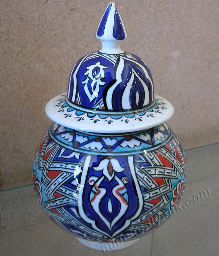 geleneksel anadolu Selçuklu dönemi çini ve seramik sanatı nazilli mavi beyaz ve renkli yıldız geçme motifleri kavanozlar el yapımı işlemeli küre küpler selçuklu çinileri selçuklu dönemi çini sanatı örnekleri