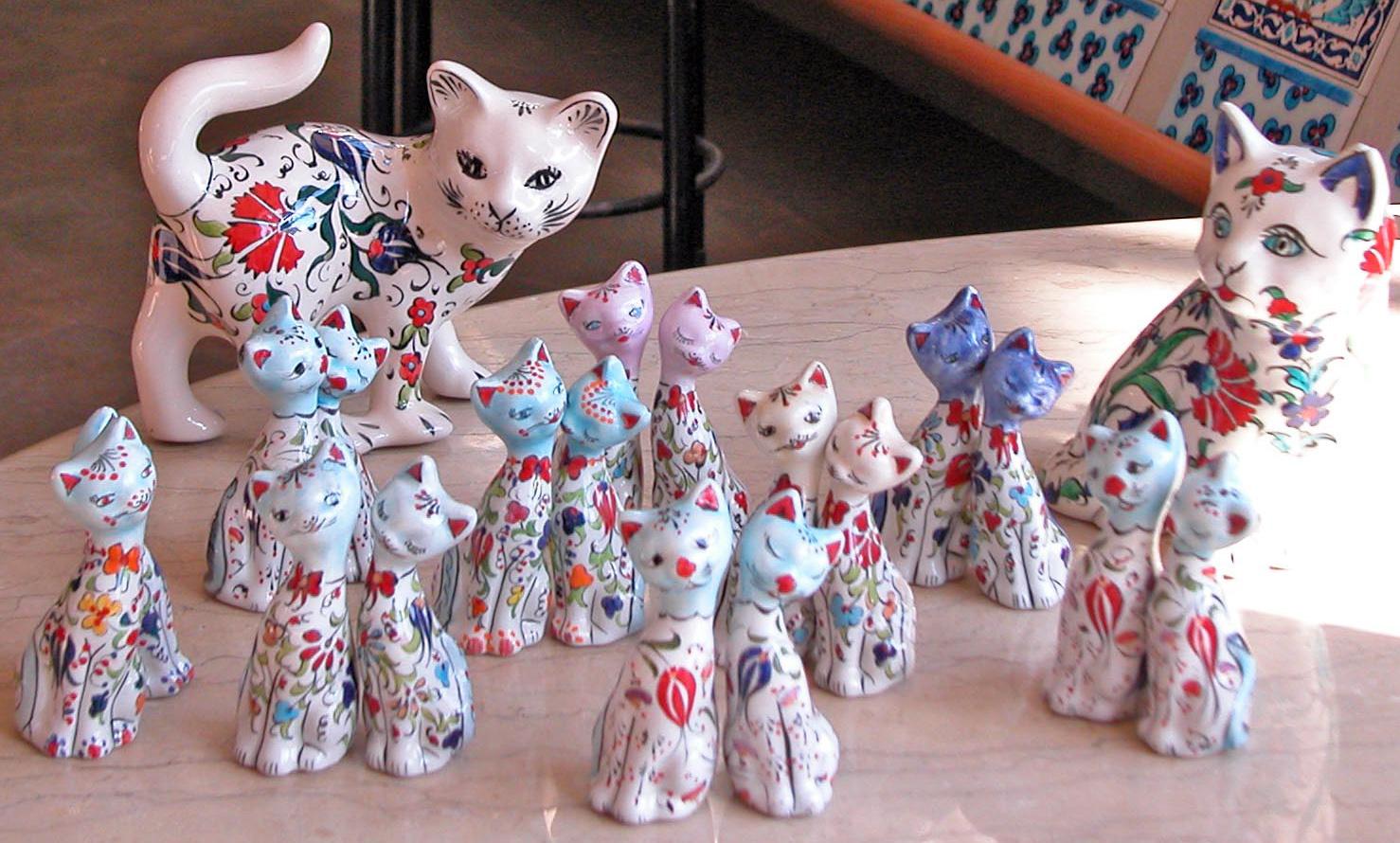 Çiniden ve Seramikten Yapılmış Desenli Motifli Büyük ve Küçük Kediler İkiz Kediler Sevgili Kediler el yapımı çini hayvan heykelleri figürleri resimleri görselleri şekilleri yaratıcı dan yansıyan güzellik hayvan görselleri