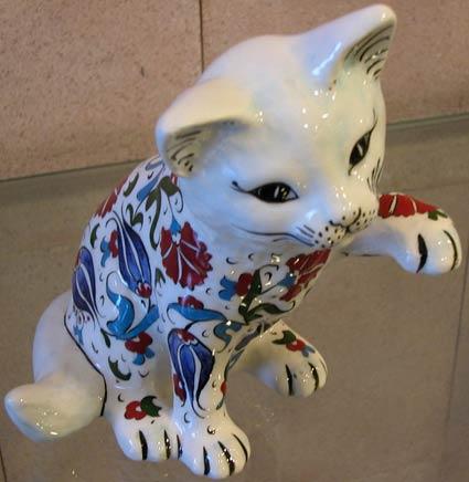 Hayvan severler için kedili hediyeler, havyan severler için hediyelik çini ve seramik kediler el yapımı çini hayvan figürleri resimleri görselleri heykelleri
