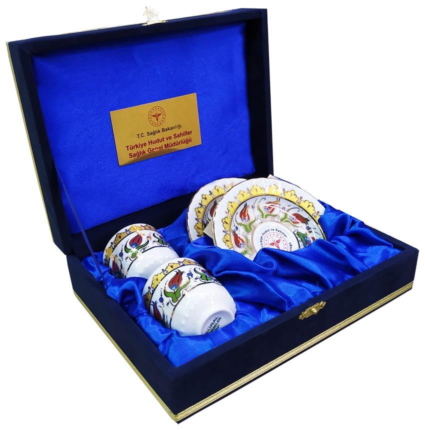 Kurumsal Hediyelik Logolu İki kişilik Kadife Kutuda Türk Kahvesi Fincanı Takımı  Fiyatları  Promosyon  ikili kahve Fincanı 2 li Kahve Takımları  Çiftli Fincan Setleri İmalatçı Toptan  Çini Desenli Osmanlı Keyif  Seti Modelleri